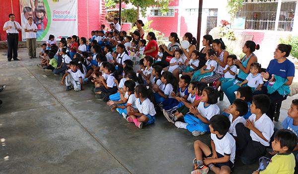 Entrega-de-ayuda-a-Colegios-de-Catacaos-5
