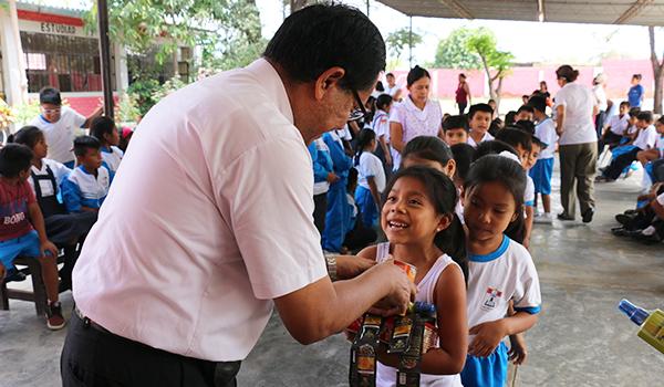 Entrega-de-ayuda-a-Colegios-de-Catacaos-9