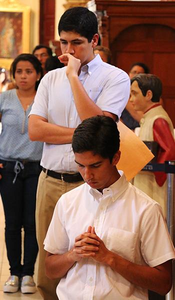 gente-rezando-2